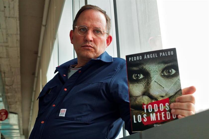 Fotografía del 24 de septiembre de 2018 del escritor mexicano Pedro Ángel Palou posando al termino de una entrevista con Efe en Ciudad de México (México). EFE
