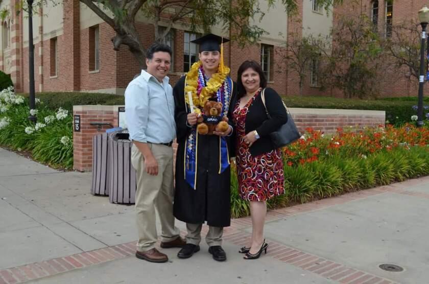 Kevin logra su meta mientras sus padres William y Nora estan con orgullosos del joven.