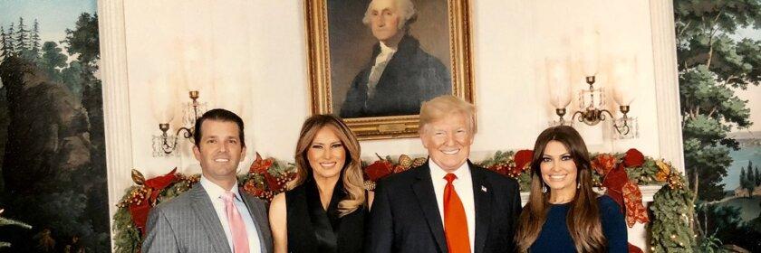 Kimberly Guilfoyle (derecha), novia del hijo mayor del presidente, aparece en esta foto.