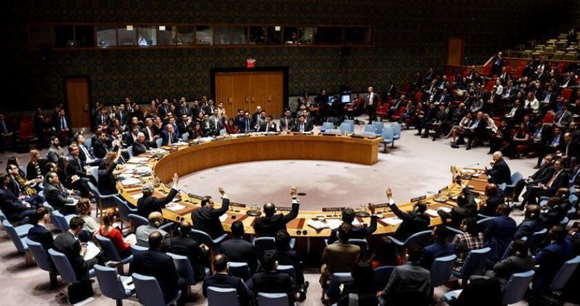 Diplomáticos se reúnen para votar los proyectos de resolución del Consejo de Seguridad de las Naciones Unidas en respuesta a un presunto ataque con armas químicas en Siria, en la sede de las Naciones Unidas en Nueva York, Estados Unidos, el 10 Abril de 2018. EFE/Archivo