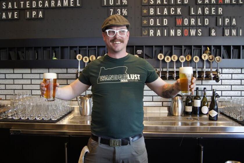 Fotografía tomada el 24 de abril de 2018 que muestra a un hombre sosteniendo dos vasos de cerveza en el interior de la cervecería artesanal Breakside Brewery inaugurada en el 2010 , en Portland, Oregón (EEUU). Señalada como una de las capitales de la cerveza artesanal de Estados Unidos, la ciudad de Portland alberga este fin de semana la décima edición del Nano Beer Fest, un festival que rinde pleitesía a este tipo de cerveza caracterizada por una mínima y selecta producción. EFE