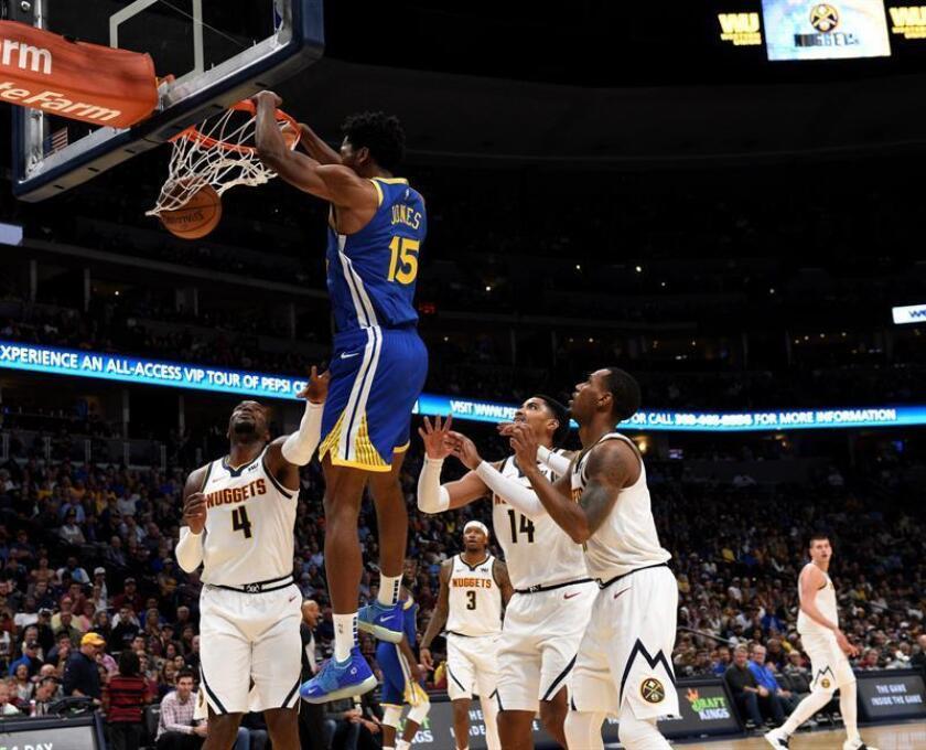 Damian Jones (c) de los Golden State Warriors en acción antes de ayer, durante el partido de la NBA, entre Denver Nuggets y Golden State Warriors, en el Pepsi Center de Denver (EE.UU.). EFE