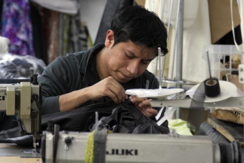 Fotografía de archivo de un trabajador en una fábrica. EFE/Miguel Rajmil/Archivo