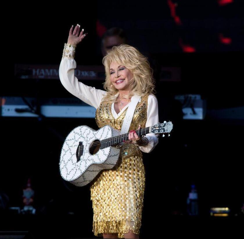 La estrella de la música country Dolly Parton anunció hoy que la plataforma digital Netflix emitirá en 2019 una serie basada en sus canciones. EFE/Archivo