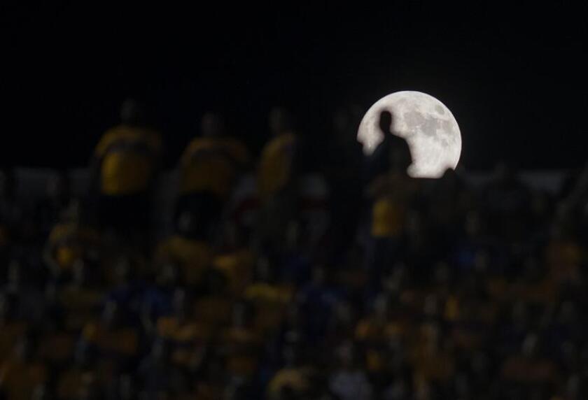 Vista de la luna, durante un partido entre Tigres y Rayados de Monterrey correspondiente a la jornada 10 del Torneo Apertura 2018 celebrado en el Estadio Universitario de Monterrey (México). EFE