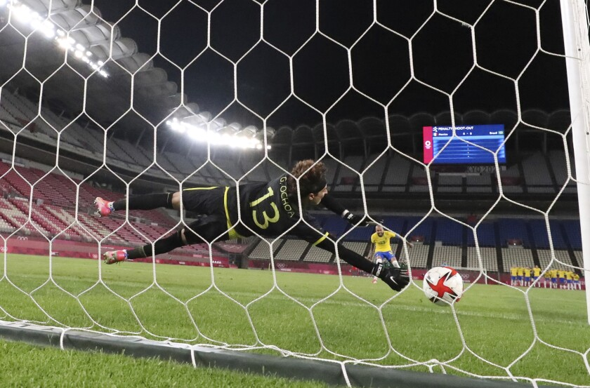 El arquero mexicano Guillermo Ochoa se lanzó a su derecha pero no pudo detener un tiro penal del brasileño Danny Alves.