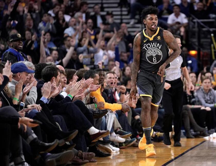El jugador de los Warriors Nick Young celebra un triple durante el partido de la NBA que enfrentó a los Suns de Phoenix y a los Warriors de Golden State en el Oracle Arena en Oakland, California, Estados Unidos. EFE