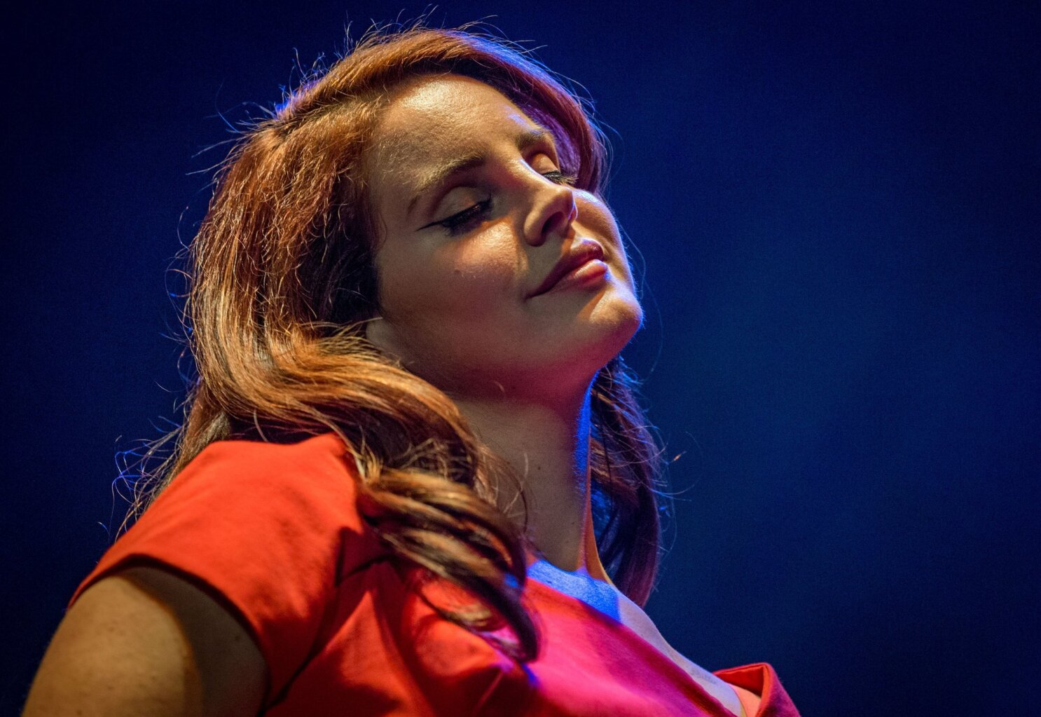Lana Del Rey S See Through Mask Fires Up Twitter Critics Los Angeles Times