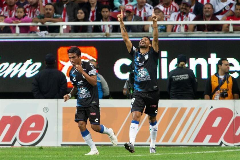 Franco Jara (d) de Pachuca celebra luego de anotar contra Chivas hoy, sábado 1 de septiembre de 2018, durante un partido correspondiente a la octava jornada del Torneo Apertura del fútbol mexicano, en el estadio Akron, en Guadalajara (México). EFE