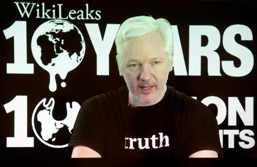 """El líder y fundador de WikiLeaks, Julian Assange, reiteró hoy las """"fuertes presiones"""" internacionales que está sufriendo el Gobierno de Ecuador por haberle concedido en 2012 asilo político y acogerlo desde entonces en su embajada en Londres."""