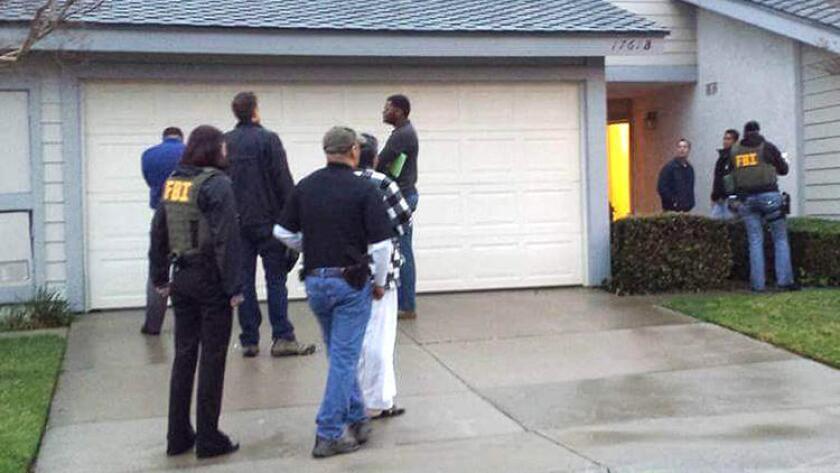 Agentes del FBI ejecutaron este martes una orden de allanamiento a la casa de Syed Rizwan Farook, hermano del tirador de San Bernardino. La propiedad está ubicada en Corona.