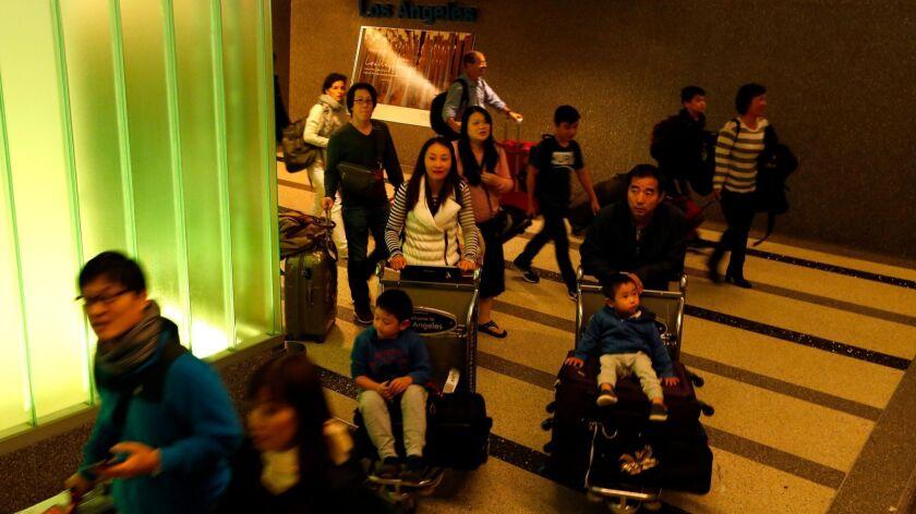 洛杉矶国际机场, 中国国航CA987航班的乘客抵达汤姆·布莱德雷国际航站楼。2015年, 美国国务院向中国游客发放了227万张签证, 但该机构不跟踪赴美产子游客的签证比例。