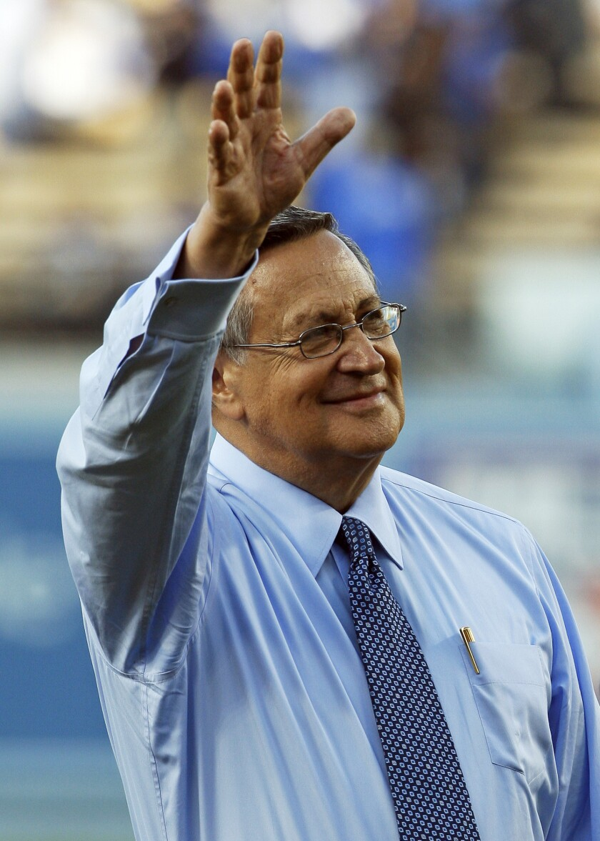 ARCHIVO - Jaime Jarrín, el locutor en español de los Dodgers de Los Ángeles, es homenajeado previo a un juego en el Dodger Stadium, el lunes 11 de junio de 2012. (AP Foto/Reed Saxon, archivo)