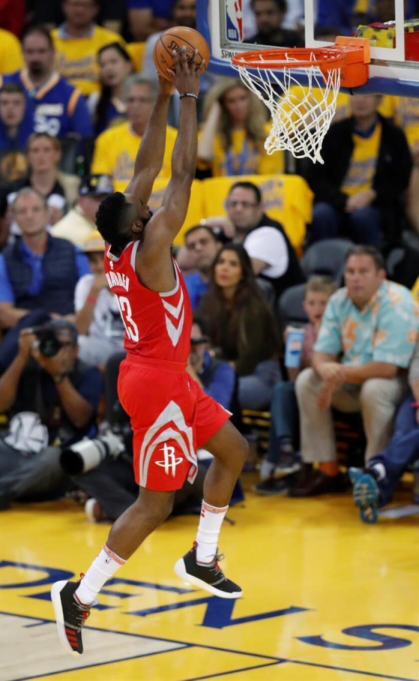 El jugador de Houston Rockets, James Harden lanza a canasta durante un partido de la NBA. EFE/Archivo