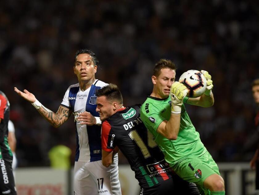 El portero de Palestino Ignacio González (d) atrapa un balón este miércoles en un partido de la Copa Libertadores ante Talleres en el estadio Mario Alberto Kempes en Córdoba (Argentina). EFE