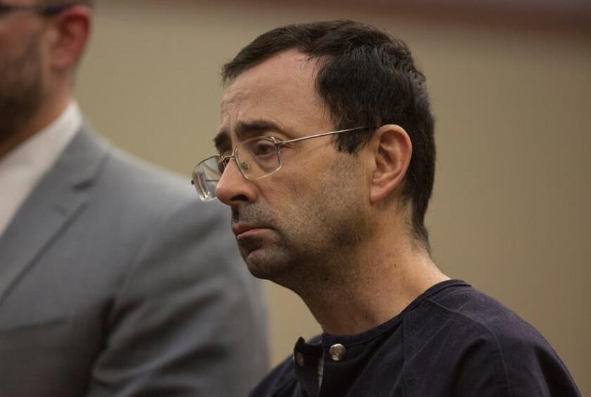 El exmédico del equipo de gimnasia de EEUU, Larry Nassar, fue hoy hallado culpable por un tribunal del estado de Michigan que le impuso una condena de un mínimo de 40 y un máximo de 125 años de prisión por haber abusado sexualmente de sus pacientes, en la que supone la tercera sentencia en su contra. EFE/Archivo