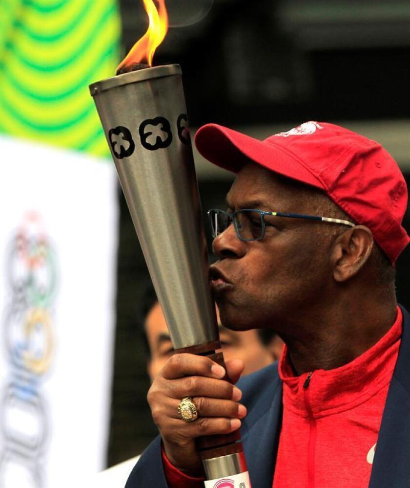El exatleta estadounidense Bob Beamon besa la llama olímpica ayer, viernes 12 de octubre de 2018, en el Estadio Olímpico Universitario, en Ciudad de México (México), durante las celebración del 50 Aniversario de los Juegos Olímpicos de México 1968. EFE