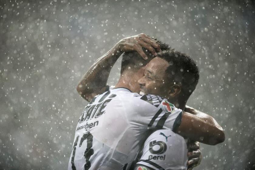 Dorlan Pabon (d) y Jesus Gallardo (i) de Rayados de Monterrey celebran una anotación hoy, sábado 29 de septiembre de 2018, durante el partido correspondiente a la jornada 11 del Torneo Apertura 2018 celebrado en el estadio BBVA de la ciudad de Monterrey (México). EFE