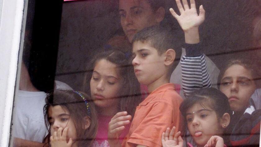 Niños iraquíes miran desde una ventana, en un hotel de Tijuana, México, mientras esperan solicitar asilo en los EE.UU., en esta imagen de septiembre de 2000 (Lenny Ignelzi/Associated Press).