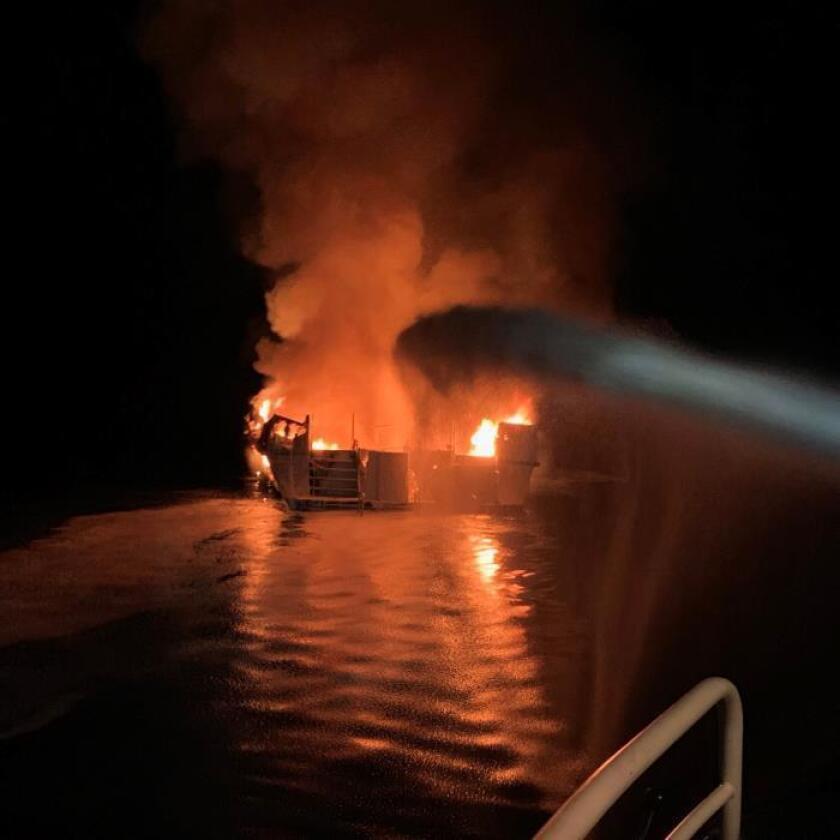 Más de 30 personas desaparecidas tras incendio de un barco en EE.UU.