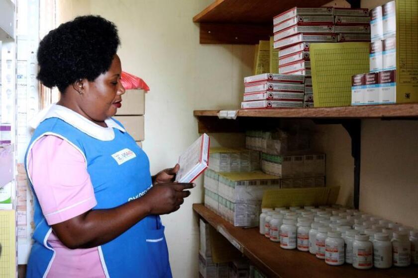 La enfermera pediátrica ugandesa Harriet Nabunya dispensa los tratamientos de tuberculosis a los pacientes de la clínica médica de Nsagi, en Uganda. EFE/Archivo