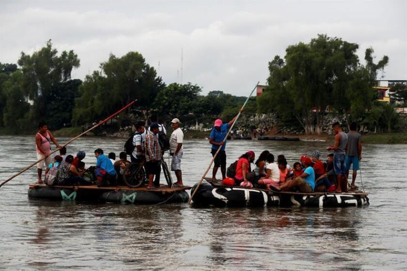 Un grupo de migrantes hondureños cruza ilegalmente el río Suchiate en balsas para llegar a México desde Tecún Umán (Guatemala) hoy, sábado 20 de octubre de 2018, luego de que autoridades migratorias impidieran el paso de migrantes. EFE