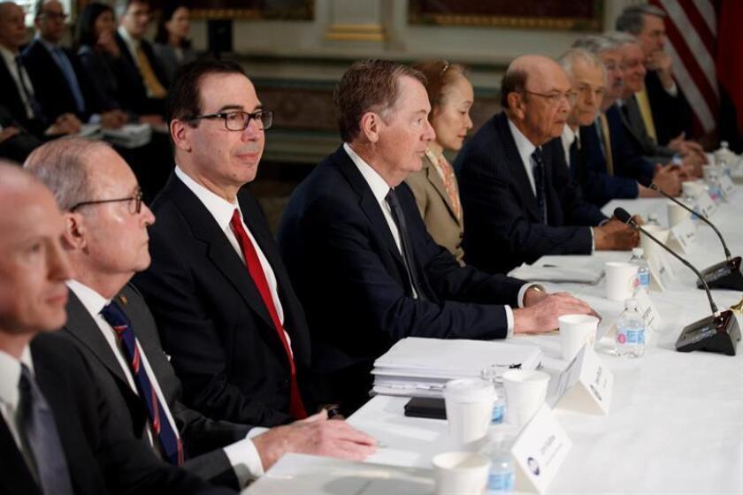 El representante de Comercio de EEUU, Robert Lighthizer (3-i), el secretario del Tesoro estadounidense Steven Mnuchin (4-i) y el viceprimer ministro chino Liu He (no aparece en imagen) se reúnen en el Edificio Eisenhower este jueves, en Washington (Estados Unidos). EFE/EPA