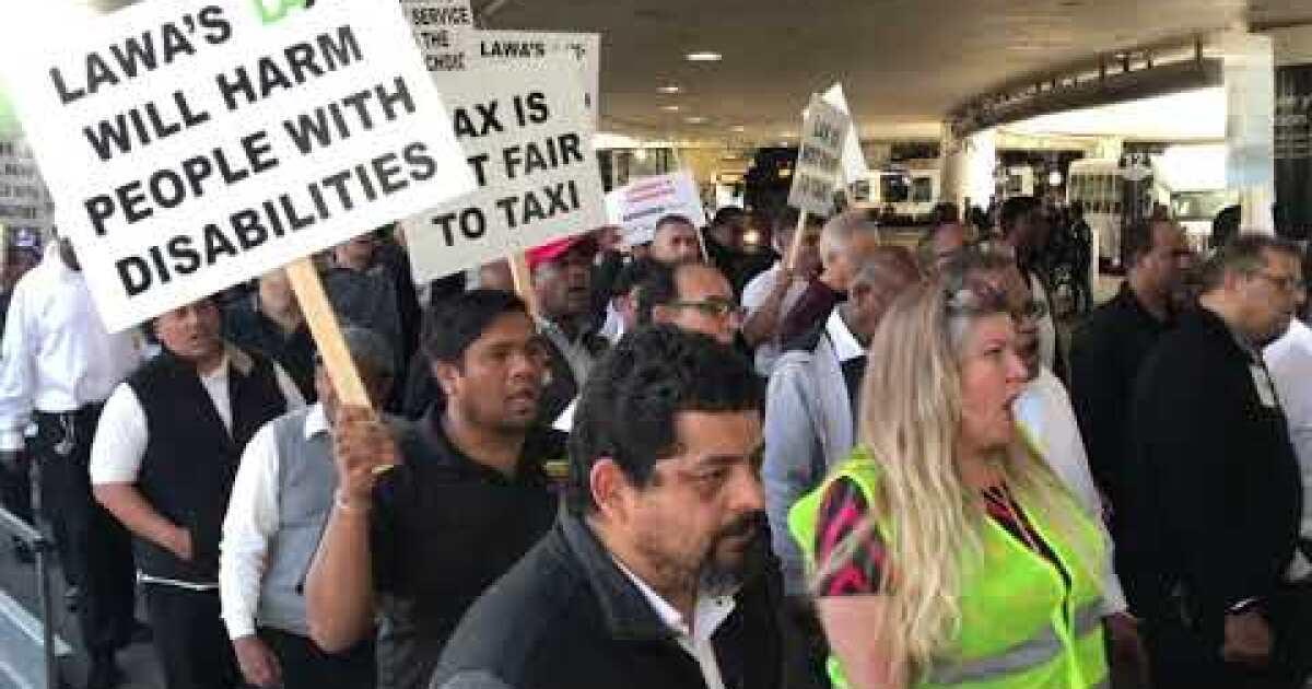 タクシーのドライバーピケを張ロサンゼルス空港からは、市の関係者への復帰を寄ピックアップ