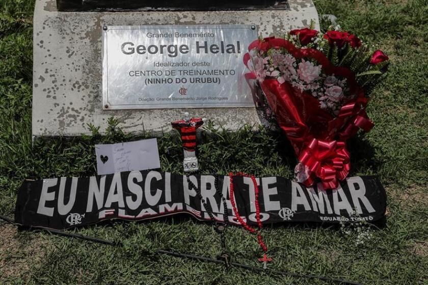 Vista de homenajes de asistentes a los fallecidos tras el incendio registrado en la madrugada de este viernes, en el centro de entrenamiento del club de fútbol Flamengo, en Río de Janeiro (Brasil). EFE