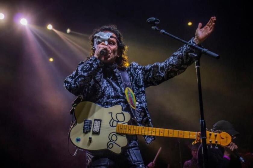 El cantante Alex Lora durante el show ofrecido en el Centro de Convenciones de Anaheim.