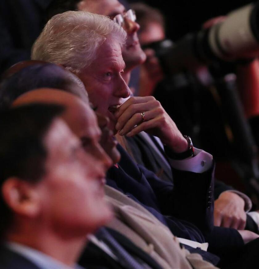 El expresidente estadounidense Bill Clinton (c) observa el primer debate de candidatos presidenciales estadounidenses hoy, lunes 26 de septiembre de 2016, en la Universidad Hosfra de Hempstead, Nueva York (EE.UU.). EFE/ANDREW GOMBERT
