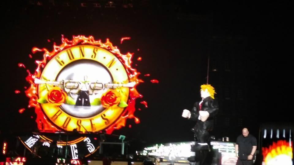 """""""Ahí la tienen, hagan lo que quieran"""", dijeron. Y luego, varias personas le dieron con todo a la piñata de Donald Trump que el grupo Guns N' Roses regaló a sus fans mexicanos, entre abucheos e insultos, ante 18 mil personas en el Palacio de los Deportes."""