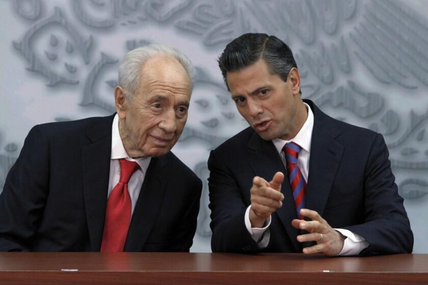 Simon Peres, Izqt, escucha al presidente de México, Enrique Pena Nieto. (AP Photo/Marco Ugarte, File)
