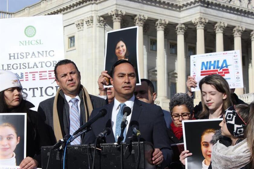 El congresista demócrata por Texas, Joaquín Castro, habla durante una rueda de prensa. EFE/Archivo