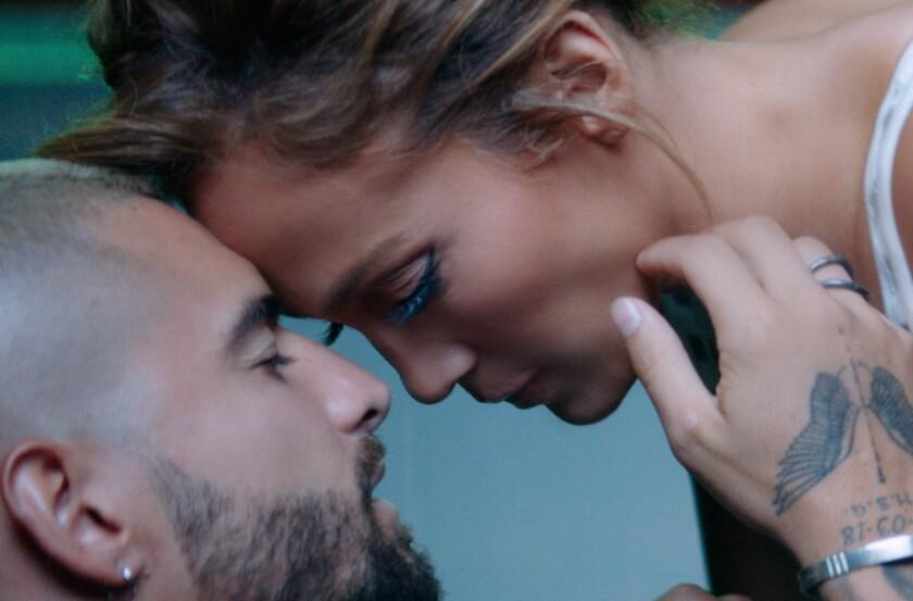 Maluma y Jennifer López en una escena del video Lonely.