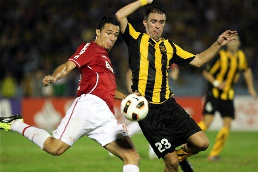En la imagen, el jugador Carlos Valdez (d) de Peñarol de Uruguay, quien no podrá jugar con su selección a la que iba a volver después de tres años. EFE/Archivo