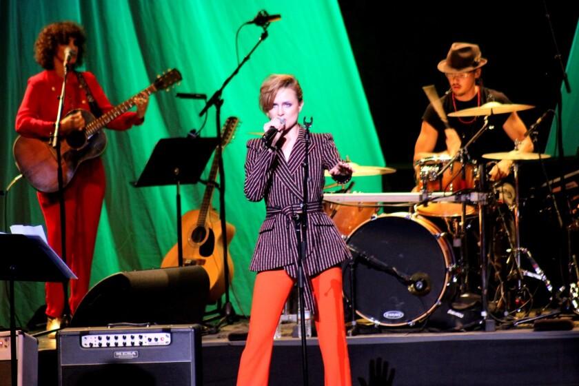 """Al frente, la actriz Evan Rachel Wood, y a su izquierda, la guatemalteca Gaby Moreno, quien tuvo una presencia estelar en el concierto """"Celebrating David Bowie"""" del Wiltern."""