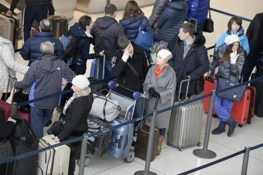 Un conducto de agua roto inundó hoy una terminal en el aeropuerto John F. Kennedy (JFK) de Nueva York, que ha sufrido el embate del temporal los últimos días, y obligó a las autoridades a suspender la llegada de vuelos internacionales al área afectada. EFE/ARCHIVO