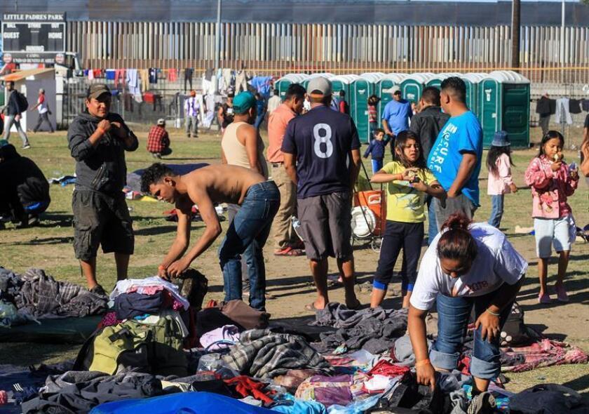 La línea fronteriza de México y Estados Unidos está a pocos metros del deportivo Benito Juárez de Tijuana, donde miles de migrantes centroamericanos esperan la llegada de sus compañeros de caravana para solicitar asilo. EFE/ARCHIVO