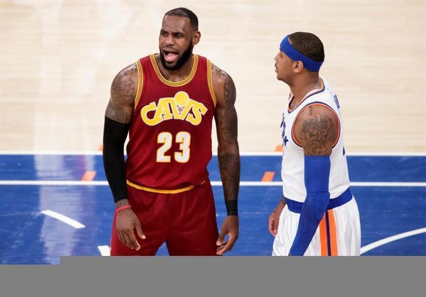 LeBron James (i) de Cleveland Cavaliers grita junto a Justin Holiday de New York Knicks este miércoles 7 de diciembre de 2016, durante un juego de la NBA en el Madison Square Garden en Nueva York (EE.UU.) EFE