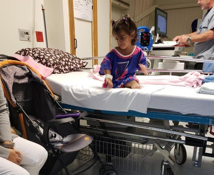 Fotografía sin fecha cedida donde aparece la niña cubana Alexa Prieto momentos antes de entrar a la sala de operaciones en Miami, Florida. EFE/Miami Medical Team/SOLO USO EDITORIAL/NO VENTAS