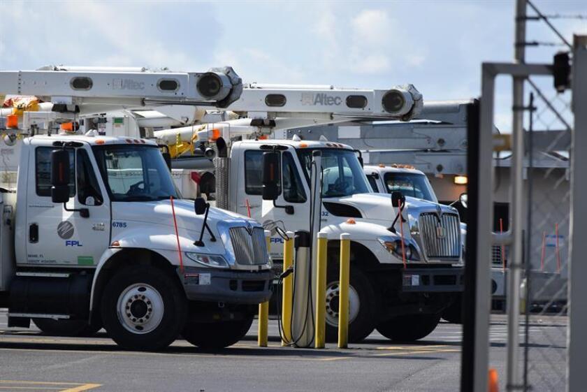 Fotografía de camiones de la empresa Florida Power Light. EFE/Archivo