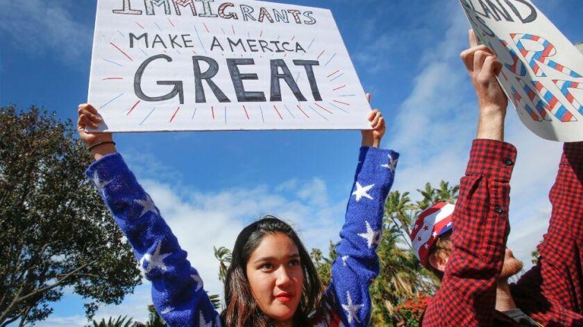 Victoria Abrenica de Spring Valley sostiene un cartel de apoyo a los inmigrantes