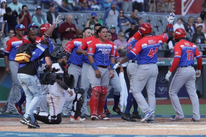 Jugadores de Criollos de Caguas celebran al vencer a Caribes de Azoátegui, durante una semifinal de la Serie del Caribe 2018, celebrado el estadio Charros de Jalisco en la ciudad de Zapopan (México). EFE