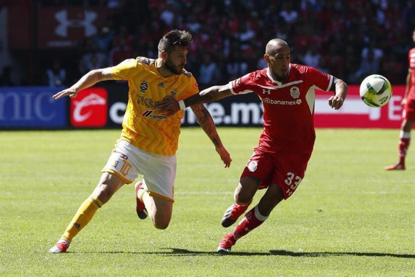 Jonatan Maidana (d) de Toluca disputa un balón ante André-pierre Gignac (i) de Tigres durante un juego celebrado en el estadio Nemesio Diez de la ciudad de Toluca (México). EFE/Archivo