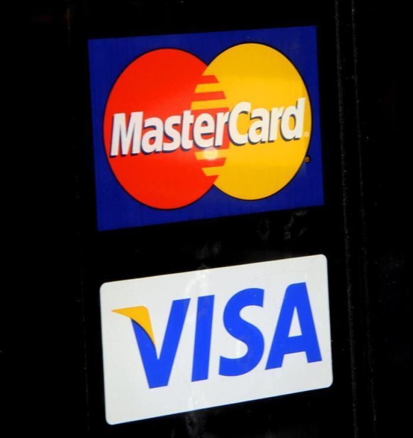 Vista de los logos de Master Card y Visa. EFE/Archivo