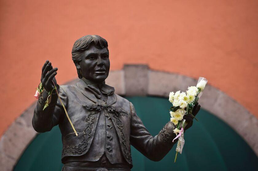 Juan Gabriel, que tiene su propia estatua en la Plaza Garibaldi de México, podría ser conmemorado de cuerpo presente en su país de origen desde mediados de esta semana.