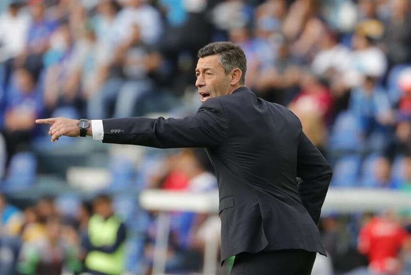 El técnico de Cruz Azul, Pedro Caixinha, da instrucciones a sus jugadores. EFE/Archivo