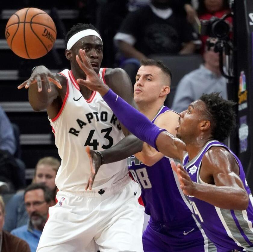 El alero camerunés Pascal Siakam (i) de Toronto Raptors el pasado miércoles durante un partido de la NBA. EFE