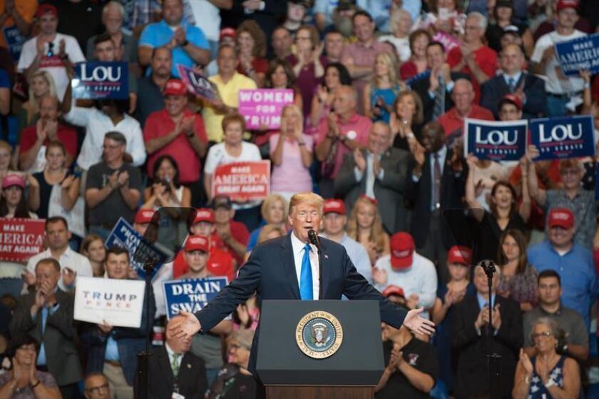 El presidente estadounidense, Donald J. Trump (c), habla durante un mitin en el Mohegan Sun Arena, en Wilkes-Barre, Pennsylvania (EE.UU.). EFE/Archivo